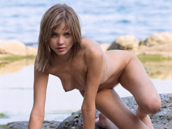【外人】フランスのヌーディストビーチで撮影された素人娘の巨乳おっぱいポルノ画像 02