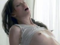 【外人】超絶天使なロリ美少女がおっきなチンポをパイパンまんこで包み込むセックスポルノ画像
