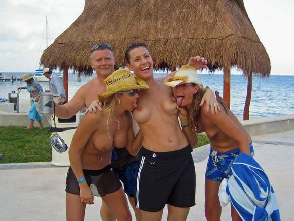 勃起を抑えきれず無理やり犯したくなるヌーディストビーチの全裸美人たちのポルノ画像 1121