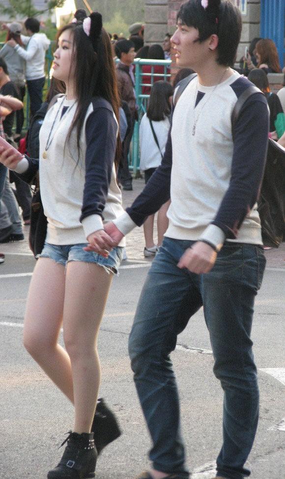 街撮りした韓国人の生足がスベスベでエッロwwwww 1229