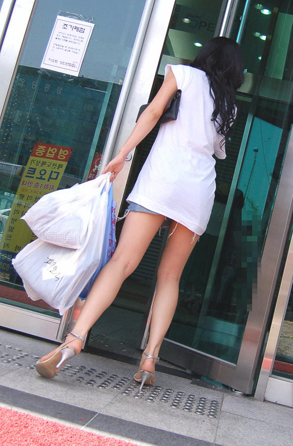 韓国人女子の太ももを街撮り盗撮した素人ポルノ画像 128