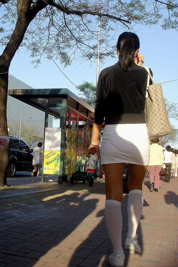 韓国人女子の太ももを街撮り盗撮した素人ポルノ画像 137