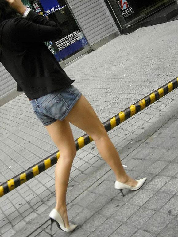 街撮りした韓国人の生足がスベスベでエッロwwwww 1427