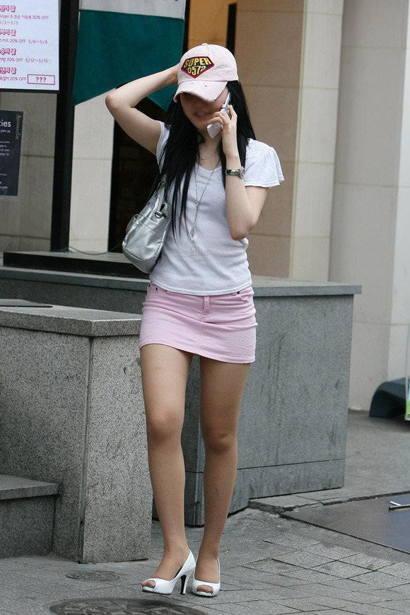 韓国人女子の太ももを街撮り盗撮した素人ポルノ画像 147