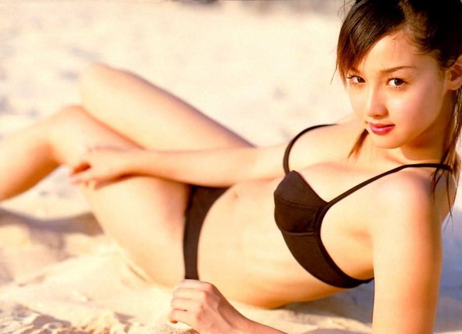 絶対美乳と断言できるフランス人ハーフ女優の沢尻エリカのビキニ画像 21191