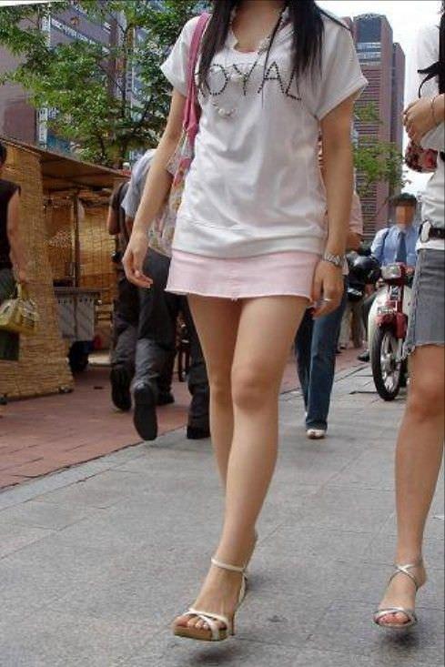 韓国人女子の太ももを街撮り盗撮した素人ポルノ画像 215