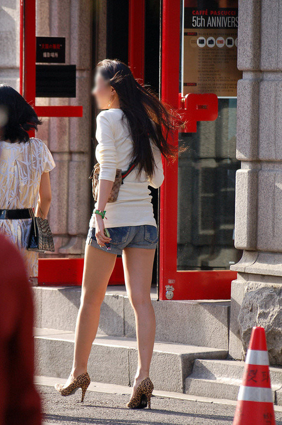 韓国人女子の太ももを街撮り盗撮した素人ポルノ画像 216