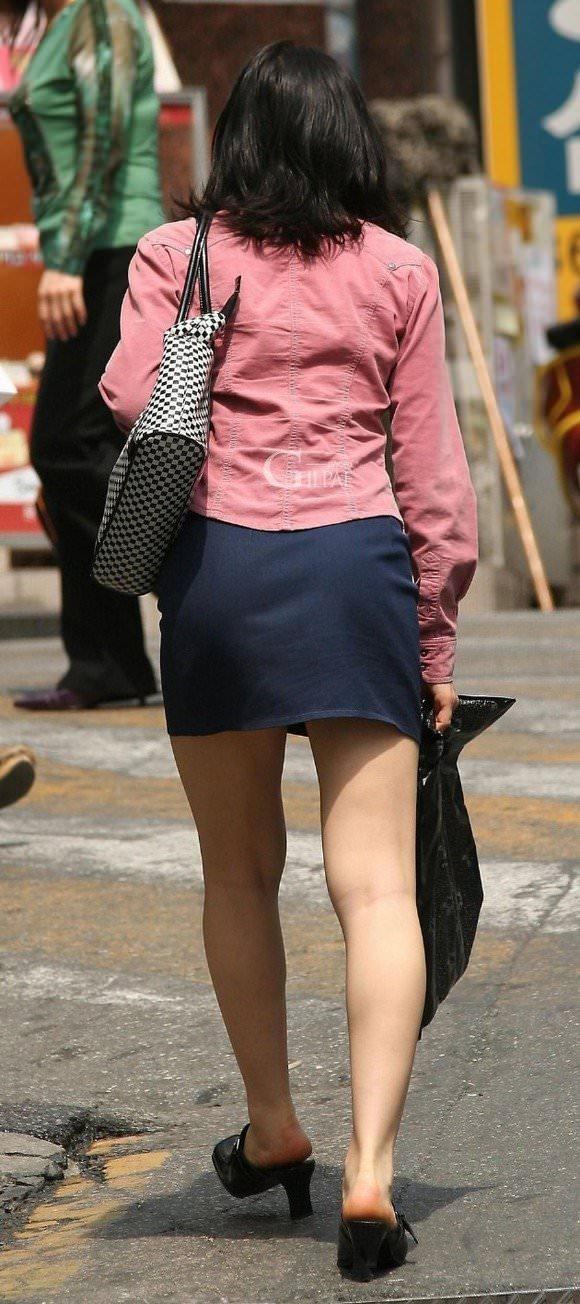 韓国人女子の太ももを街撮り盗撮した素人ポルノ画像 223