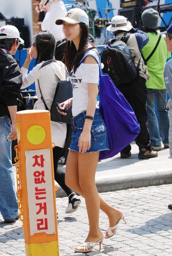 韓国人女子の太ももを街撮り盗撮した素人ポルノ画像 233