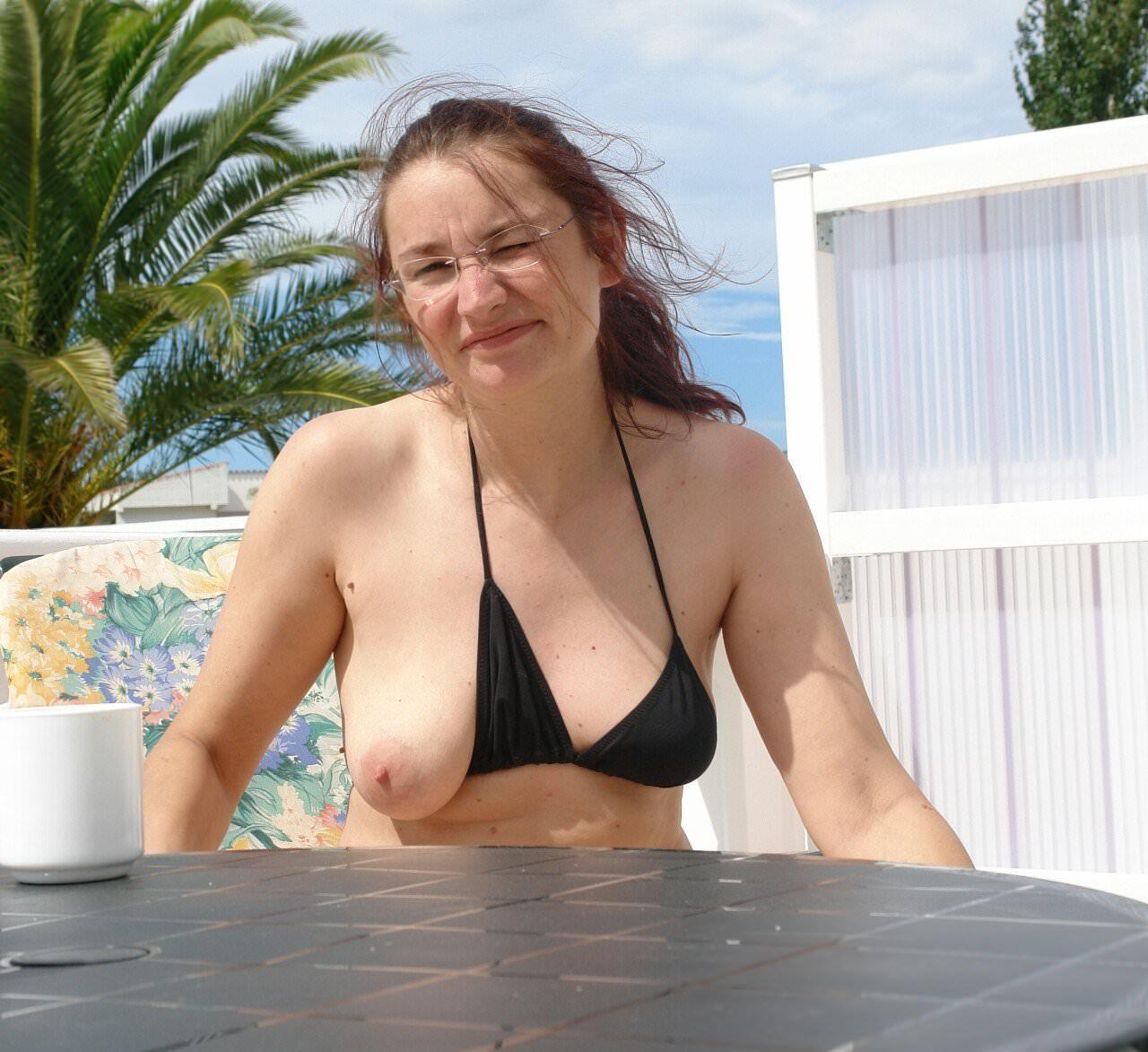 ヌーディストビーチではとりあえず乳首出しとけ的な振る舞いをする海外の巨乳女wwwww 25121
