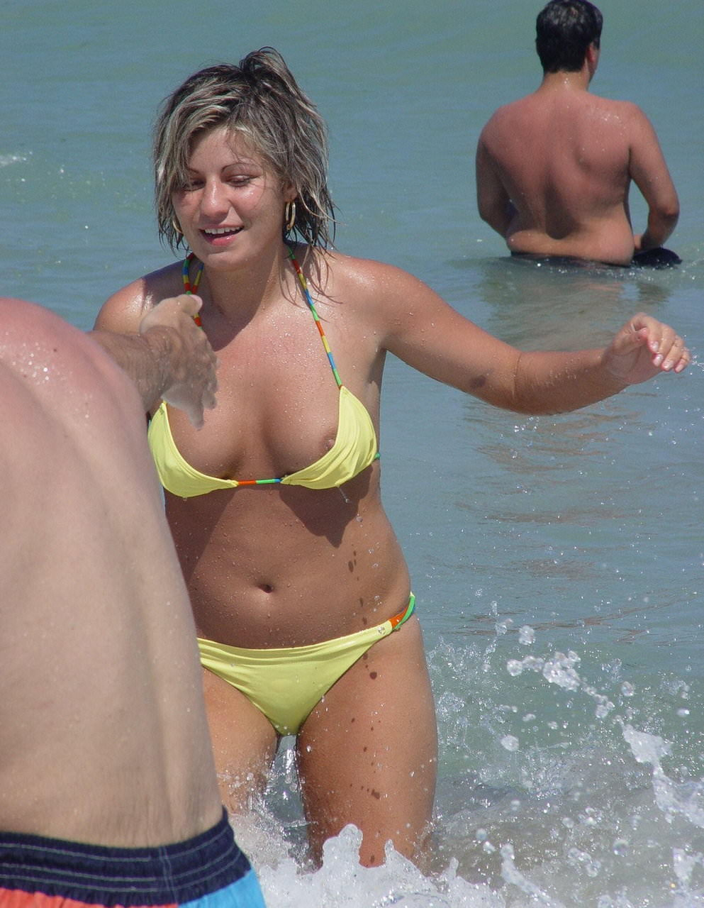 ヌーディストビーチではとりあえず乳首出しとけ的な振る舞いをする海外の巨乳女wwwww 2519