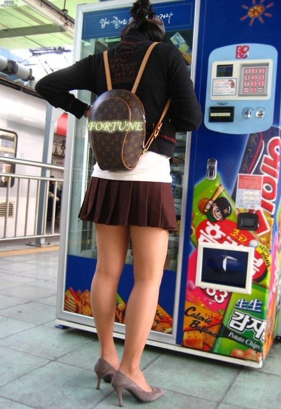 韓国人女子の太ももを街撮り盗撮した素人ポルノ画像 48