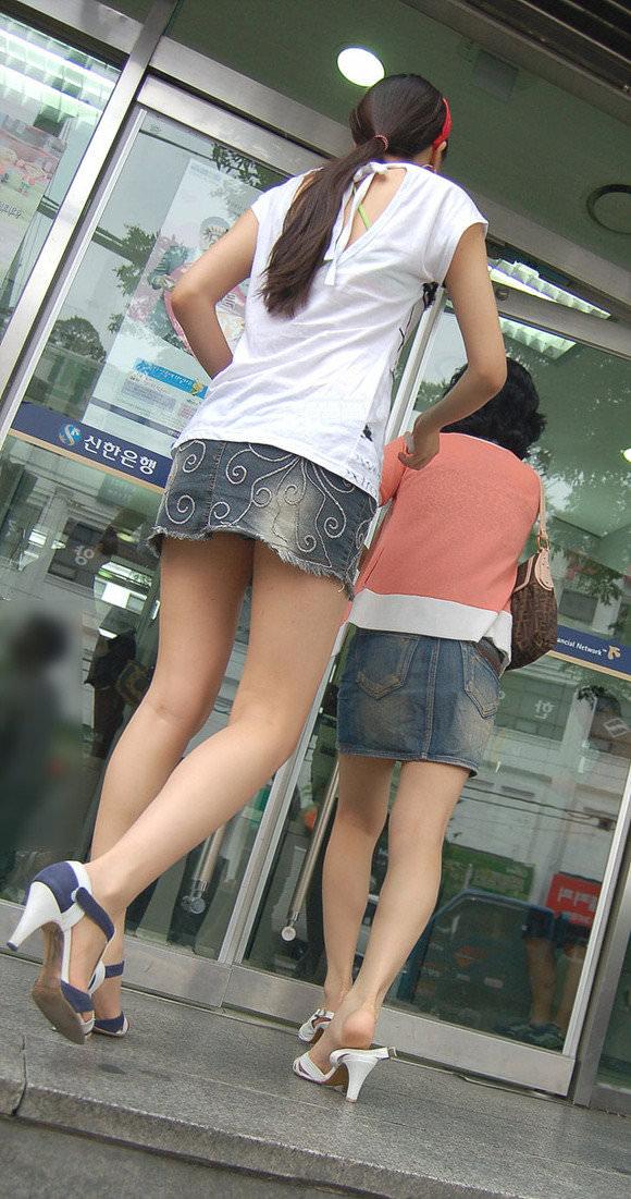 韓国人女子の太ももを街撮り盗撮した素人ポルノ画像 78