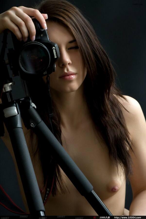 艶やかな黒髪が美しい白人女性のおっぱいヌードwww 832