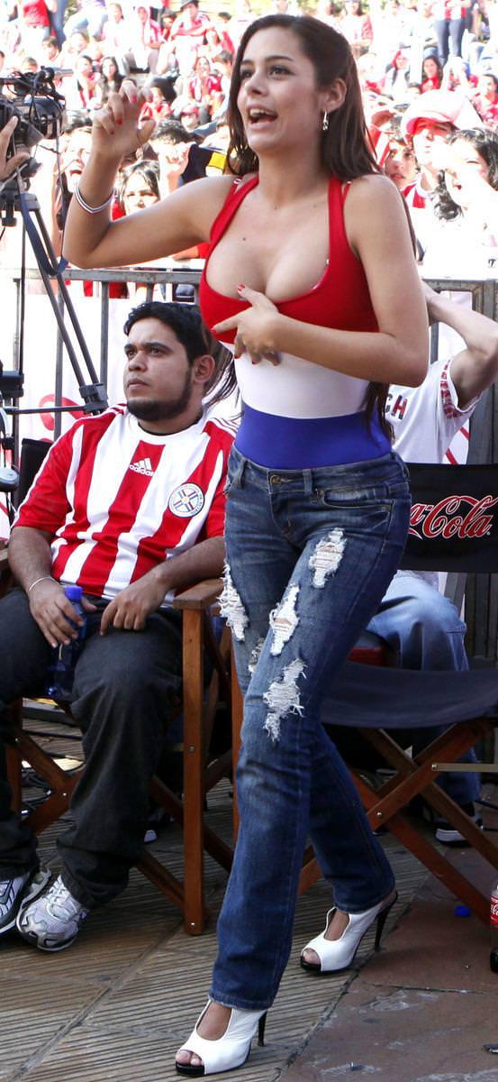 海外美人サッカーサポーターが巨乳おっぱいにスマホ隠してる件wwwwww 11126