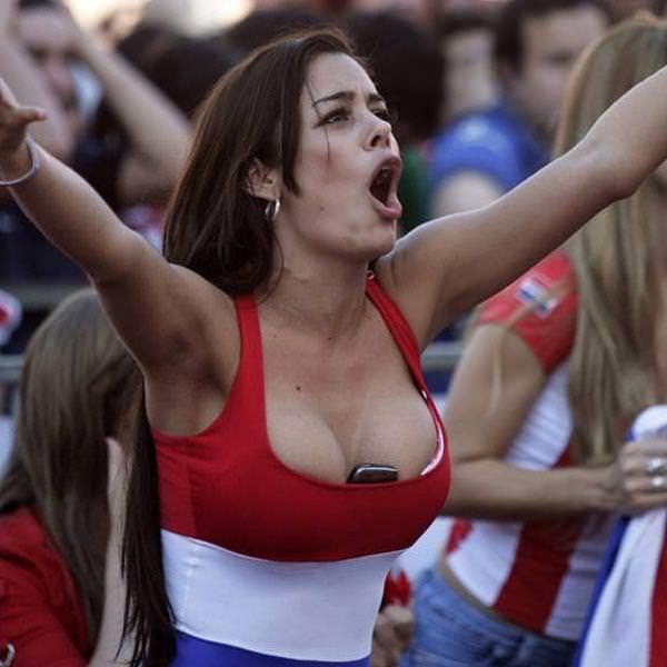 海外美人サッカーサポーターが巨乳おっぱいにスマホ隠してる件wwwwww 11134