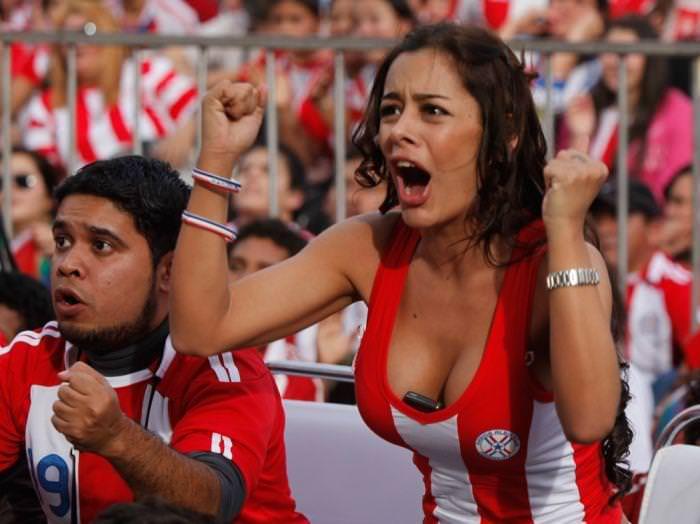 海外美人サッカーサポーターが巨乳おっぱいにスマホ隠してる件wwwwww 11138
