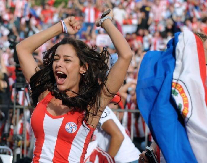 海外美人サッカーサポーターが巨乳おっぱいにスマホ隠してる件wwwwww 11139