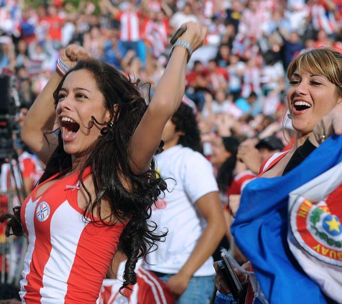 海外美人サッカーサポーターが巨乳おっぱいにスマホ隠してる件wwwwww 11140