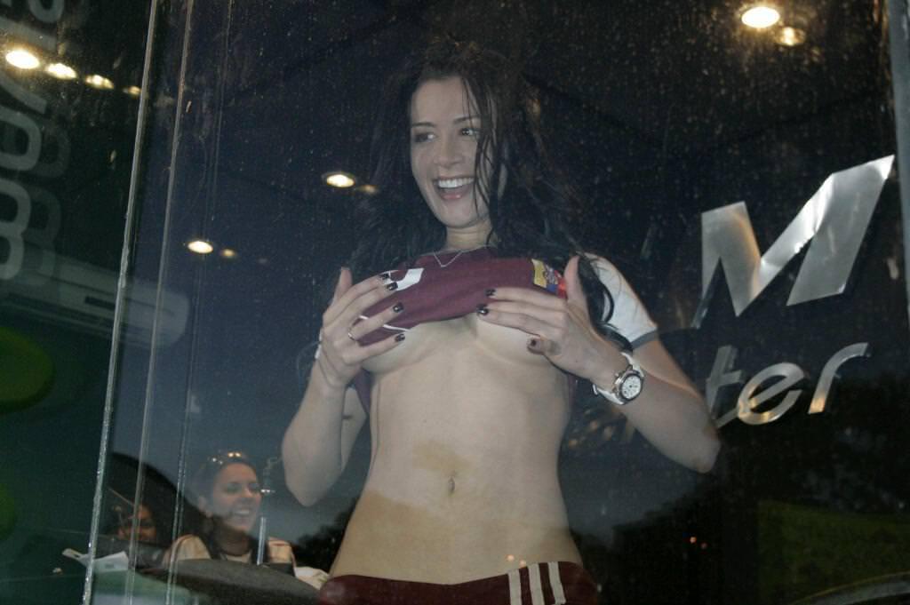 海外美人サッカーサポーターが巨乳おっぱいにスマホ隠してる件wwwwww 11145