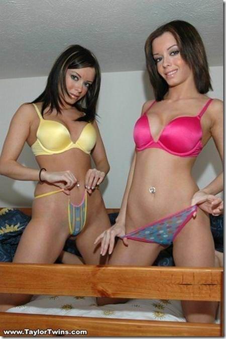 双子の姉妹でセクシーなポーズを決めるビキニがエロいwwwwwwww 1155