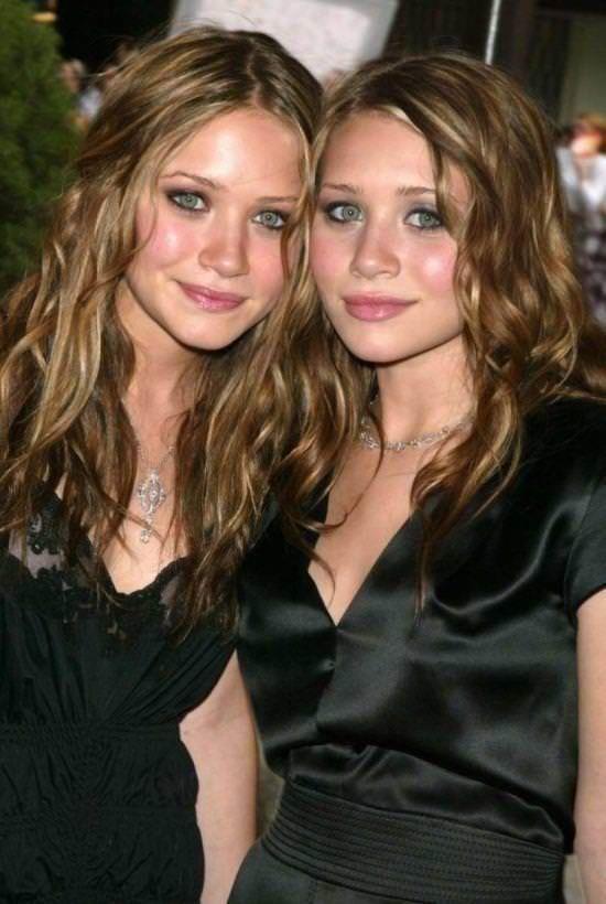 双子の姉妹でセクシーなポーズを決めるビキニがエロいwwwwwwww 1157