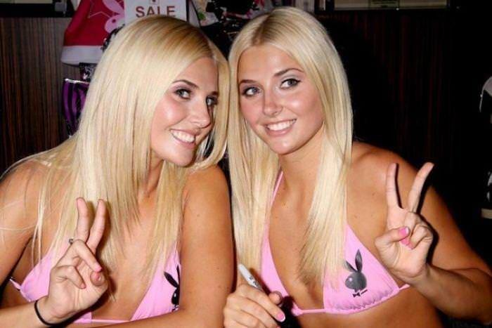 双子の姉妹でセクシーなポーズを決めるビキニがエロいwwwwwwww 1162
