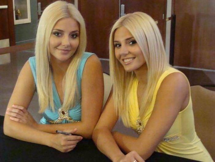 双子の姉妹でセクシーなポーズを決めるビキニがエロいwwwwwwww 1168