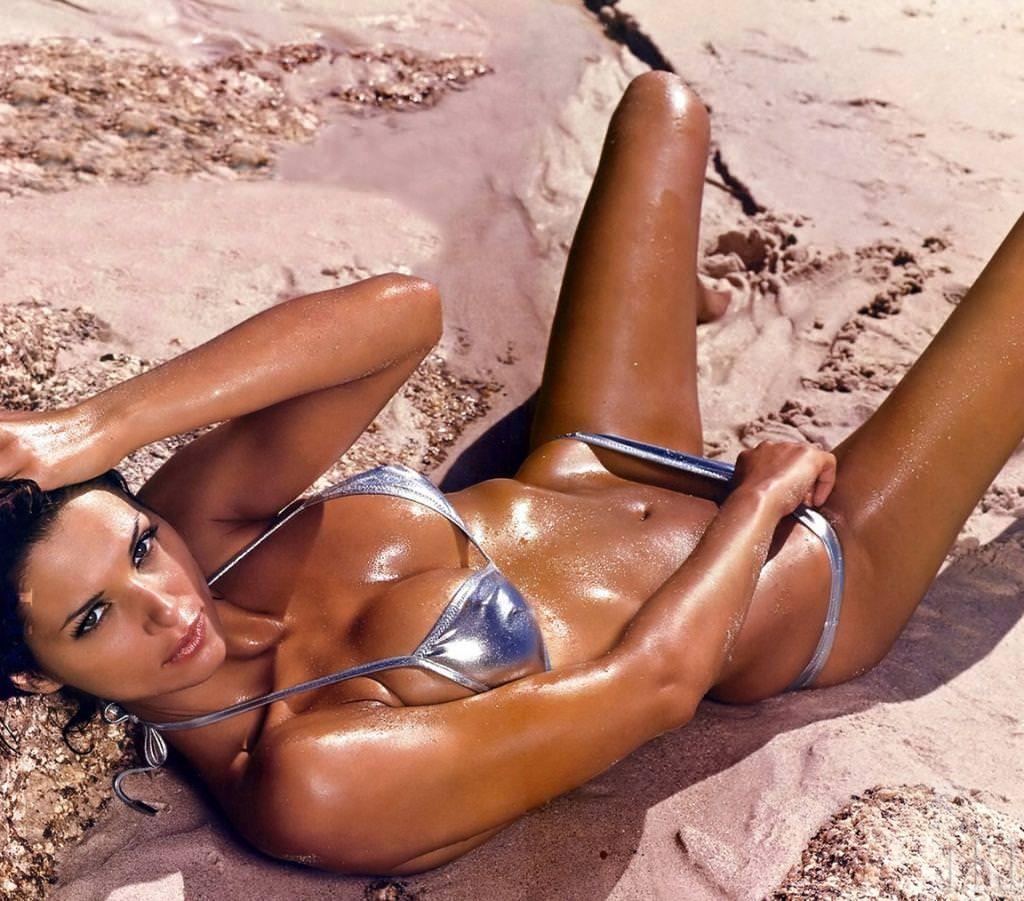 わがままボディが魅力的なビーチにいるエロいビキニギャルwwwwwwwww 1945