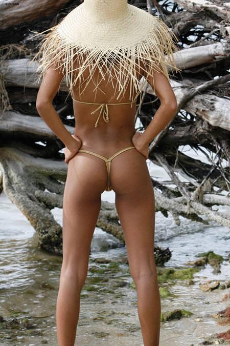 わがままボディが魅力的なビーチにいるエロいビキニギャルwwwwwwwww 1953