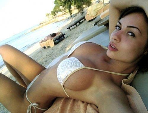 わがままボディが魅力的なビーチにいるエロいビキニギャルwwwwwwwww 1963