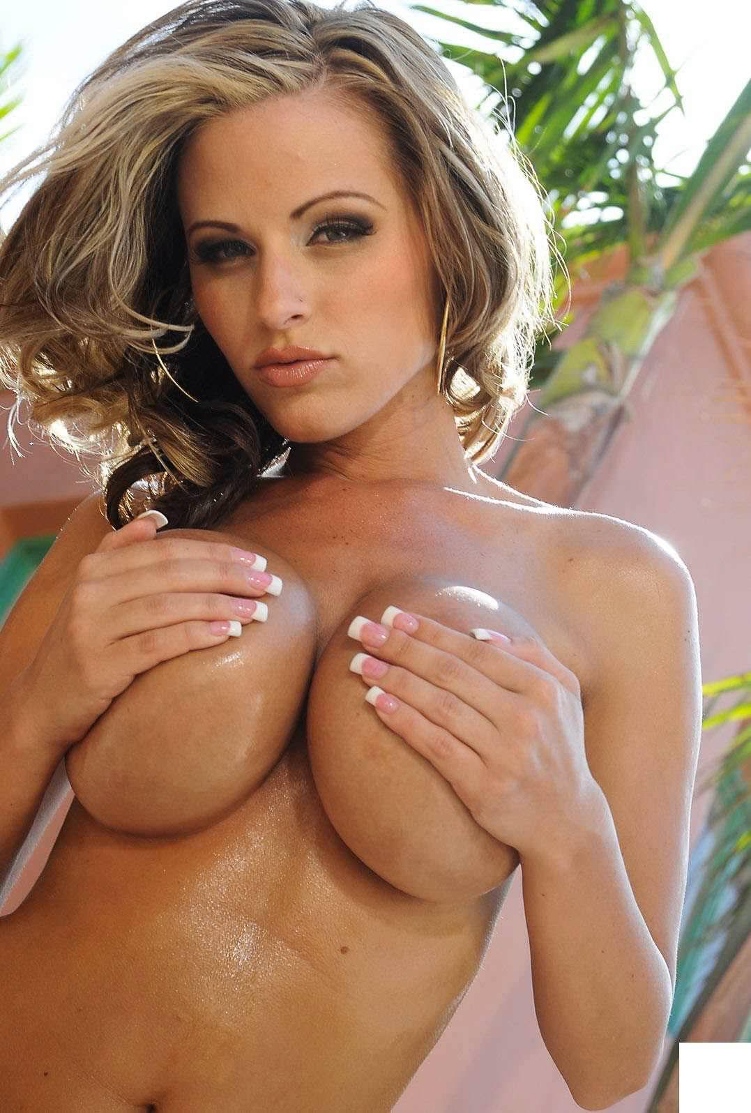 乳首を手で隠す巨乳おっぱいの手ブラ画像 2617