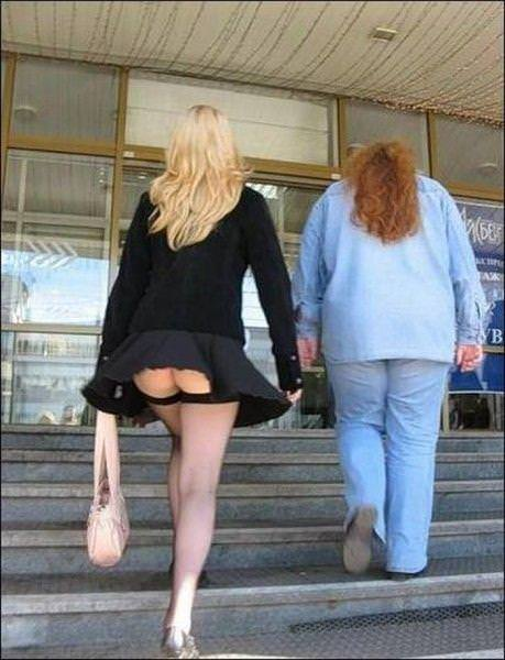 外人さんのミニスカがフワッめくれたパンチラ街撮りポルノ画像 2902
