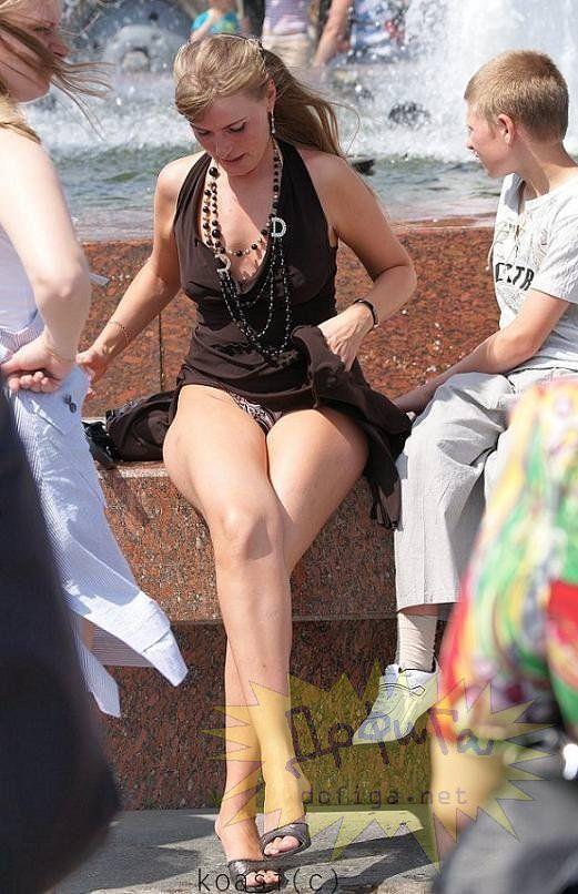 外人さんのミニスカがフワッめくれたパンチラ街撮りポルノ画像 2905