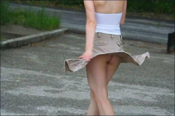外人さんのミニスカがフワッめくれたパンチラ街撮りポルノ画像 2906