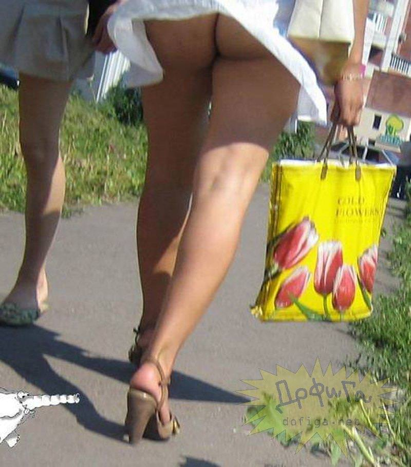 外人さんのミニスカがフワッめくれたパンチラ街撮りポルノ画像 2912