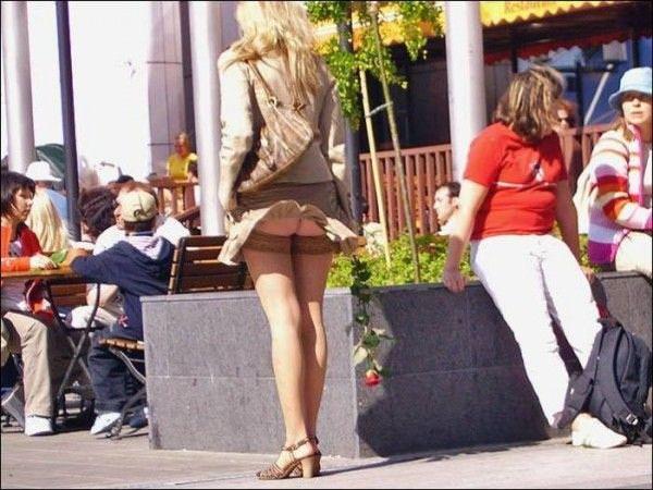 外人さんのミニスカがフワッめくれたパンチラ街撮りポルノ画像 2915