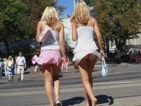 外人さんのミニスカがフワッめくれたパンチラ街撮りポルノ画像