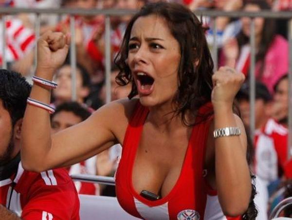 海外美人サッカーサポーターが巨乳おっぱいにスマホ隠してる件wwwwww thumb 13