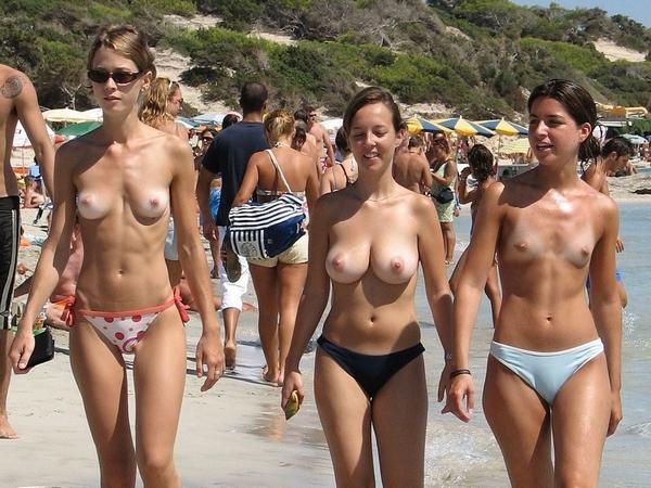 外国人の素人娘がヌーディストビーチで美乳おっぱい丸出しエロすぎwww 01 8