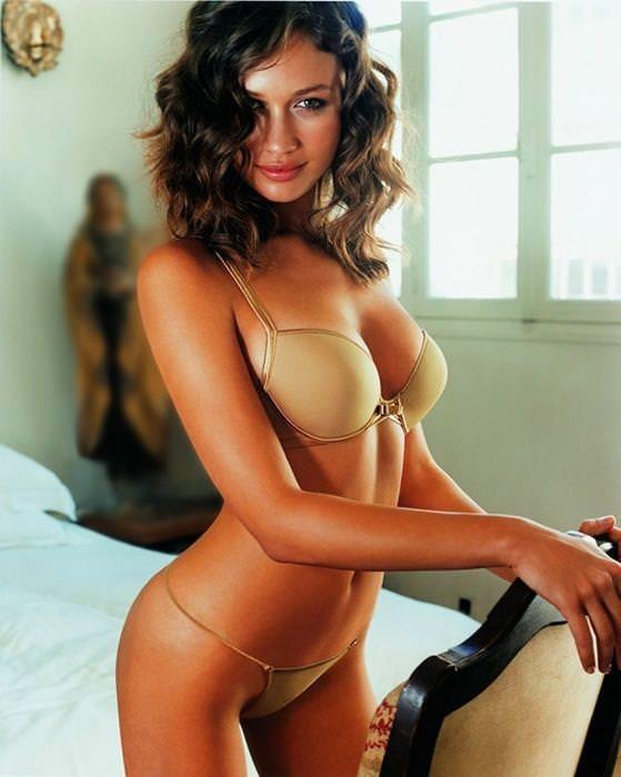 女の性的部分を包み込む下着姿の海外美人モデルwww 0104 1