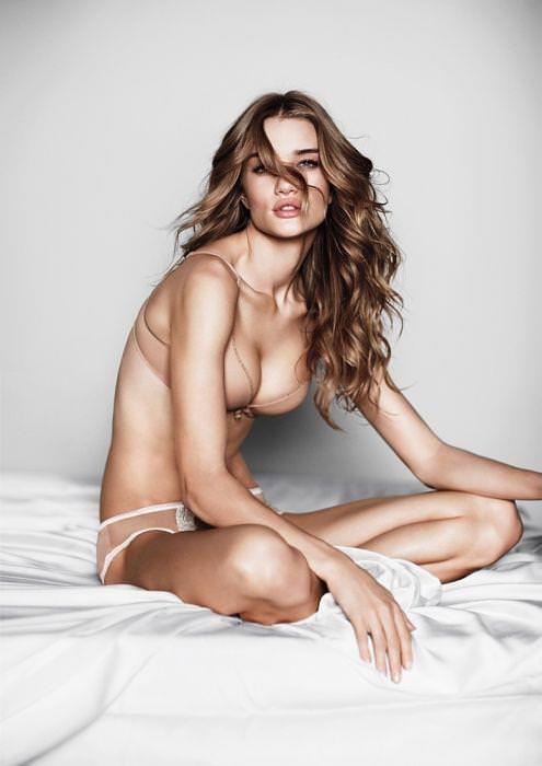 女の性的部分を包み込む下着姿の海外美人モデルwww 0106 1