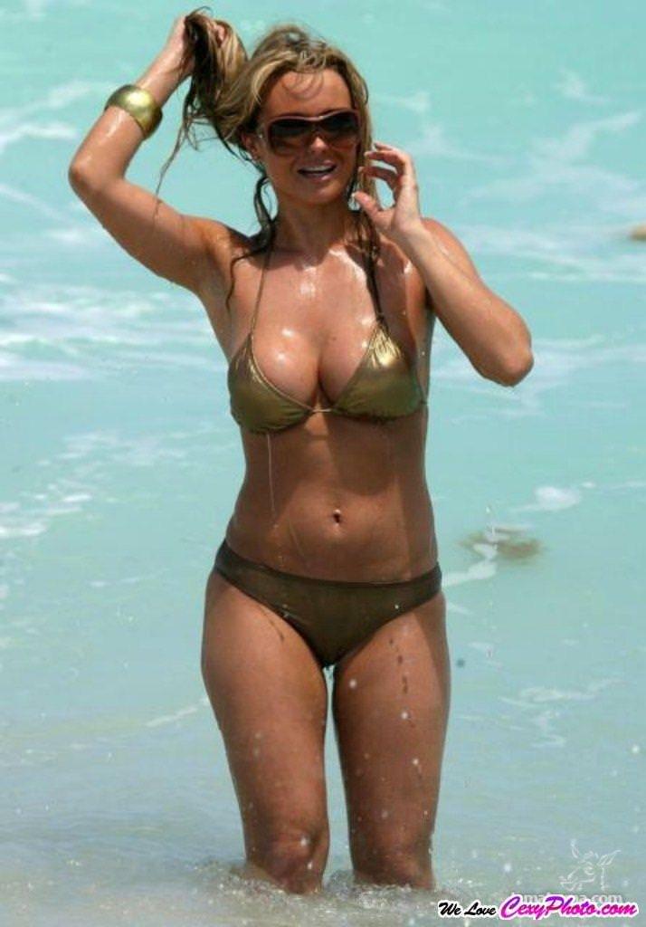 海外のビーチでナイスバディーを露するセクシービキニギャルwww 0108