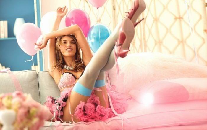 女の性的部分を包み込む下着姿の海外美人モデルwww 0110 1