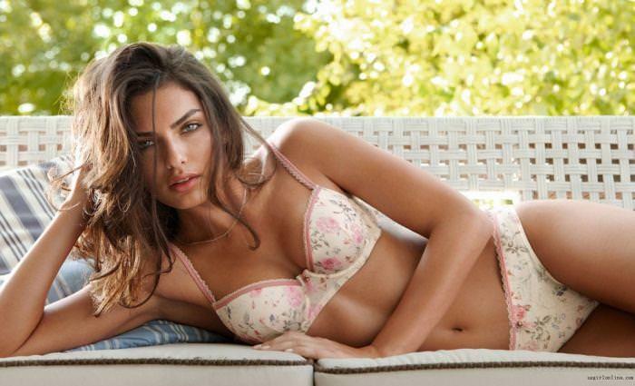女の性的部分を包み込む下着姿の海外美人モデルwww 0111 1