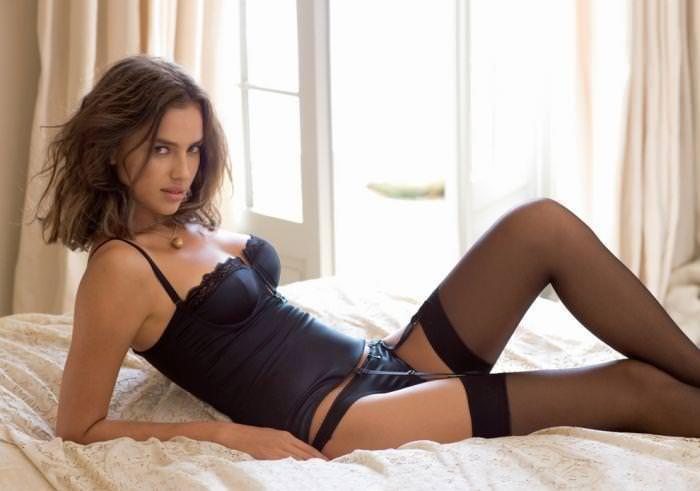 女の性的部分を包み込む下着姿の海外美人モデルwww 0112 1