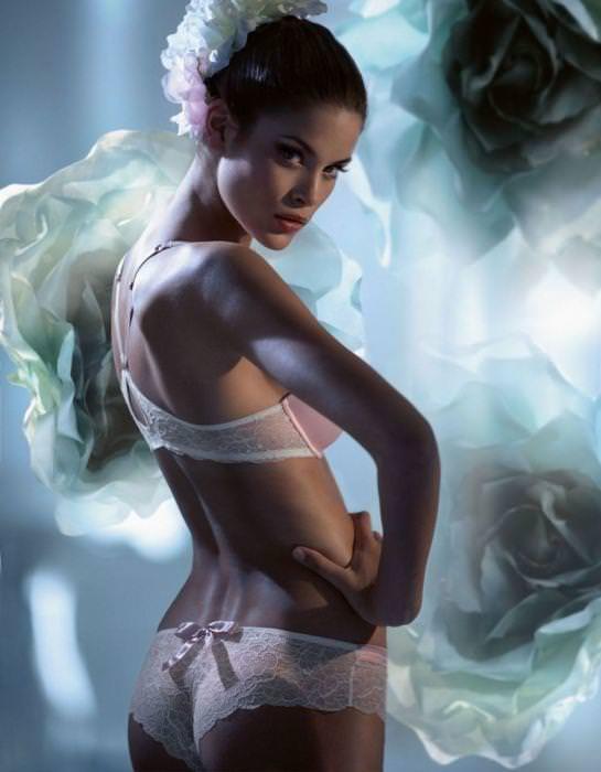 女の性的部分を包み込む下着姿の海外美人モデルwww 0115 1