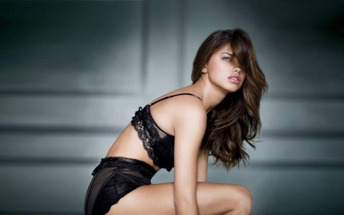 女の性的部分を包み込む下着姿の海外美人モデルwww 0117 1