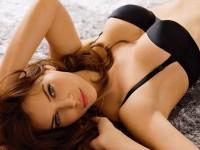 女の性的部分を包み込む下着姿の海外美人モデルwww