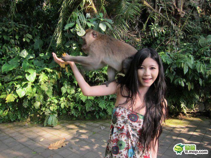 SNSにビキニをアップするセクシーアジアン娘が猿に襲われおっぱいポロリwwwww 0721